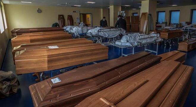 Trabalhadores carregam corpos de vítimas da Covid-19 na cidade de Bérgamo, na Itália (Foto: